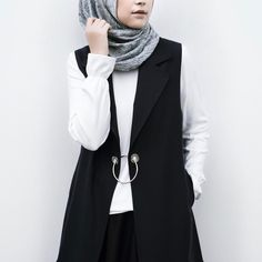 1,779 vind-ik-leuks, 20 reacties - Rani Hatta (@ranihatta) op Instagram: 'Must have items alert! Ruffle sleeve top and black O ring vest from @hattaco_official #hattaco'