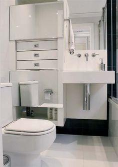 Banheiro pequeno com armário
