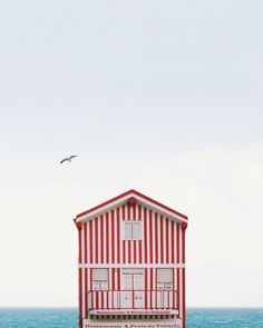Maison maritime rayée rouge et blanche // Red & white, houses near the sea, beach life.