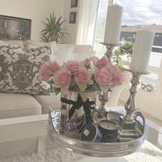 Like this table display, flowers and vase are lovely Coffee Table Styling, Decorating Coffee Tables, Home Living Room, Living Room Decor, Casa Clean, Tray Decor, Room Inspiration, House Design, Table Decorations