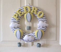 Guirlanda para Porta de Maternidade Balões e Nuvens Confeccionado em feltro e tecido, podendo ser feito em outras cores. Consulte-nos.