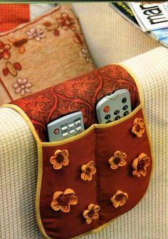 Bolso para cama e sofá: porta-controles, óculos, revista, livro, caneta.