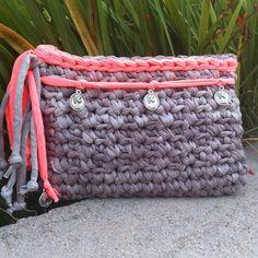 Este último es tan fresquito...ideal para cualquier look veraniego. #handmade #diy #trapillo #madeinspain #crochet #bag #clutch #bolsos #trapilho #complementos #accesorios #tshirtyarn #reciclado #verano #summer #artesano
