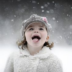 Photography The Snowflake Taster - Darling! Snow Images, Fall Images, Snow Pictures, Christmas Pictures, Baby Pictures, Snow Photography, Children Photography, Photography Poses, Photography Basics
