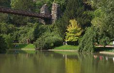 Parc des Buttes-Chaumont - Le parc des Buttes Chaumont, situé dans le nord-est de Paris, est l'un des plus grands espaces verts de Paris (25 hectares) et...