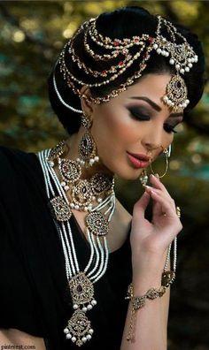 Ideas for makeup bridal indian headpieces Indian Bridal Makeup, Asian Bridal, Moda Indiana, Mode Costume, Estilo Real, Beauty And Fashion, Pakistani Bridal, Saris, Bridal Looks