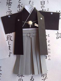"""El origami, es un tipo de arte japonés que consiste en la utilización del papel como base y el plegado de éste para crear figuras de variadas formas basadas en la naturaleza y animales. Se originó en China, pero se popularizó en Japón en el siglo VI. En un principio tenía un sentido más religioso, ya que eran entregados como ofrendas o """"nochis"""" en celebraciones especiales."""