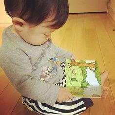 Instagram media yuki101010i - 読書の秋*ଘ(੭*ˊᵕˋ)੭* ੈ✩‧₊˚ 読めないから、絵で楽しもう(((*≧艸≦)フフッ たまに本が逆だけどねwww #ラスムスクルンプ #読書 #えほん
