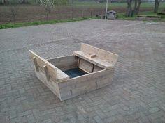zandbak van steigerhout met klepbankjes