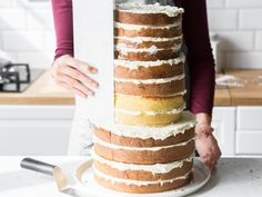 Dieser Naked Cake ist die flexibelste und einfachste Do-it-yourself-Hochzeitstor. This Naked Cake is the most flexible and simple do-it-yourself wedding cake you'll ever bake. You can vary size Wedding Cake Images, Wedding Cake Prices, Floral Wedding Cakes, Fall Wedding Cakes, Wedding Cake Designs, Wedding Cupcakes, Wedding Ideas, Naked Cakes, Cake Pricing