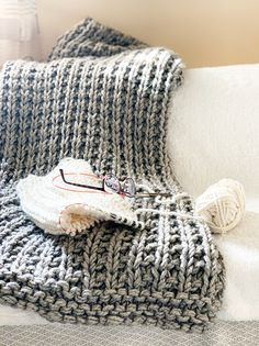 Easy Squishy Knit Throw Blanket Pattern - This chunky knit throw blanket pattern is totally beginner-friendly. Make a huge squishy throw for - Easy Blanket Knitting Patterns, Easy Knitting, Tricot Simple, Chunky Knit Throw Blanket, Knit Blanket Squares, Blanket Scarf, Quick Knits, Knitted Blankets, Throw Blankets