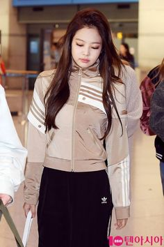 Imagen Kim Jennie, Jenny Kim, Blackpink Fashion, Korean Fashion, Japanese Fashion, Rapper, Blackpink Members, Blackpink Jisoo, Airport Style