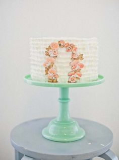 Frilled Cake with Peachy Flowers Arch