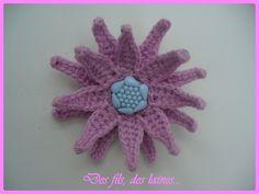 Broche-pince à cheveux 2 en 1 fleur rose crochetée 3D avec coeur en bouton décoratif coloris lavande : Broche par des-fils-des-laines