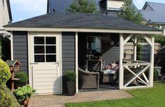 Tuinhuis met veranda Mississippi 04 (afmeting 5 x 2,75 meter)  Afmetingen 5.00 m. x 2.75 m. Tuinhuis 2.00 m. x 2.75 m. met veranda van 3.00 m. x 2.75 m.  Uitgevoerd met een standaard deur, vaste ramen en balustrade van kruizen.  Dakbedekking dakshingels en kappen met bol. Timber Roof, Outdoor Shelters, Getaway Cabins, Garage House, Pergola Designs, Backyard Patio, Home And Garden, Garden Art, Shed