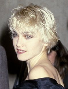 Pin for Later: Madonna's Beauty Style Is as Classic as Her Music 1986 Right after releasing True Blue, Madonna chopped her hair into a boyish cut, the perfect complement to her rebellious attitude. Madonna Hair, Lady Madonna, Madonna 80s, Divas, Madonna True Blue, Madona, Madonna Pictures, Michigan, Hot Hair Styles