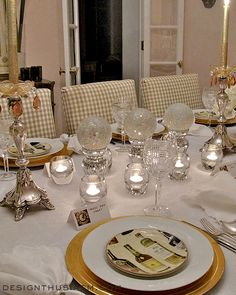 New Year's tablescape from Designthusiasm.com   Plates from #williamssonoma   #tablesetting #eventdecor #tablescape #holidaydecor