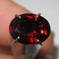 Pyrope Garnet Oval 1.35 carat Luster Bintik Merah