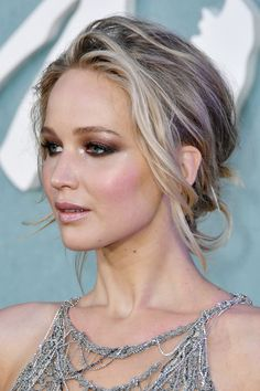 Jennifer Lawrence Wavy Light Brown All-Over Highlights, Coiffure Updo Jennifer Lawrence Blonde, Jennifer Lawrence Makeup, Jennifer Lawrence Photos, Jenifer Lawrence, Jennifer Lawrence Hairstyles, Bun Hairstyles, Trendy Hairstyles, Wedding Hairstyles, Updo Hairstyle