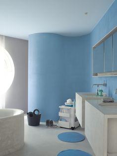 Een blauwe vloedgolf in 'Surf' stort zich uit over de badkamermuur. Waarbij het licht dat over de muur speelt verschillende tinten blauw creëert. Het lichtblauwe plafond in de kleur 'Volt' en de grijze muur met 'Techno' vullen elkaar prachtig aan voor een harmonieus en fris effect. (collectie: Fluo Fantasy)