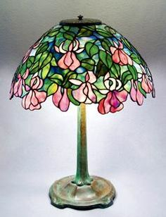 I really love this spectacular photo Stained Glass Lamp Shades, Stained Glass Paint, Tiffany Stained Glass, Tiffany Glass, Stained Glass Patterns, Stained Glass Windows, Tiffany Lamp Shade, Tiffany Art, Antique Lamps