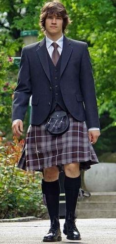 I love the formal kilt look Scottish Clothing, Scottish Fashion, Scottish Kilts, Scottish Man, Tartan Men, Tartan Kilt, Men Dress Up, Men In Kilts, Kilt Men