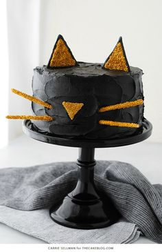 Halloween can be cute, too! This year, bake this Black Cat Cake for dessert! Don't worry… this one won't bring you bad luck. (Halloween Bake For Kids) Halloween Desserts, Chat Halloween, Bolo Halloween, Halloween Torte, Postres Halloween, Halloween Cans, Fete Halloween, Halloween Food For Party, Halloween Birthday