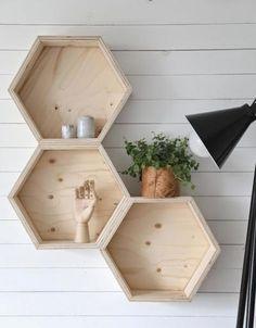 Bekijk de foto van anja met als titel Leuke manier om bijvoorbeeld souvenirs te tonen. Kastjes van hout in de vorm van een honingraat aan de muur. en andere inspirerende plaatjes op Welke.nl.