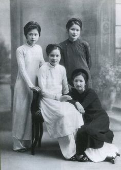 4 beautiful ladies of old Hanoi  http://news.zing.vn/Chuyen-doi-cua-tu-dai-my-nhan-Ha-thanh-post127012.html