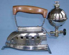 Antique Iron, Vintage Iron, Vintage Laundry, Vintage Kitchen, Ironing Machine, Art Du Fil, Vintage Stoves, Iron Board, Vintage Theme