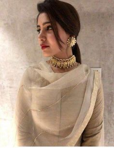 How To Wear Necklaces Ideas Accessories 56 Super Ideas Pakistani Dresses, Indian Dresses, Indian Outfits, Indian Sarees, Indian Attire, Indian Wear, Schmuck Design, Indian Designer Wear, Jewelry Patterns