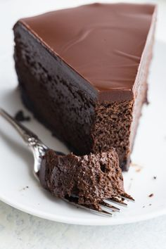 Triple Chocolate Che Triple Chocolate Cheesecake with an Oreo crust and a rich chocolate glaze is a decadent dessert that is ultra creamy and smooth. This Chocolate Cheesecake Recipe will be a hit with the chocolate lover in your life! Just Desserts, Delicious Desserts, Dessert Recipes, Yummy Food, Health Desserts, Baked Cheesecake Recipe, Best Cheesecake, Nutella Cheesecake, Cheesecake Bites