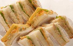 1) Misture os quatro primeiro ingredientes, depois passe no pão; 2) Coloque alface, tomate, queijo e o presunto; 3) Sirva;