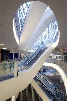 Mab Zeil in Frankfurt, Germany designed by Massimiliano Fuksas What an atrium. Futuristic Architecture, Beautiful Architecture, Contemporary Architecture, Architecture Details, Interior Architecture, Shopping Mall Interior, Retail Interior, Interior Exterior, Mall Design