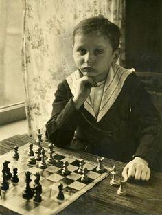 La question people de la semaine. Sauriez-vous reconnaître cet enfant prodige aux échecs d'à peine 8 ans sur cette photo prise aux Pays-Bas en 1920 ?