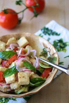 Panzanella (salade d'été traditionnelle de la Toscane italienne qui contient généralement du pain trempé, tomate, oignon, concombre et basilic)