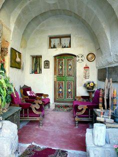 Turquie, l'intérieur de Sofa Hôtel troglodyte et authentique avec (patio a la romaine) à Avanos. Nevsehir, Turkey.