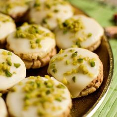 Lemon cookies with vanilla dough made of pistachio kernels - with picture- Zitronetten Plätzchen mit Vanilleteig gehakten Pistazienkernen – mit Bild Delicious refreshing Christmas cookies. Egg Recipes, Cookie Recipes, Dessert Recipes, Desserts, Best Christmas Cookies, Christmas Baking, Pork Chop Recipes, Grilling Recipes, Lemon Cookies