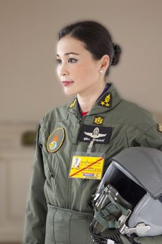 """""""Thai Royal House released official photos of Queen Suthida"""" King Pic, Gi Jane, Anastasia Romanov, Military Women, Dress Indian Style, Blue Bloods, Queen Maxima, Queen Elizabeth Ii, King Queen"""
