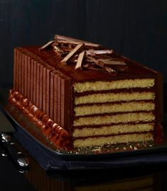 Still searching for that speical dessert for New Years Eve? How about a Kit Kat Cake? It looks so impressive but its actually not difficult to make. Kids and adults will love it! Photo an Chocolate Candy Cake, Whipped Chocolate Ganache, Chocolate Desserts, Kit Cat Cake, Cake Kit, Halloween Desserts, Halloween Candy, Sweet Recipes, Cake Recipes