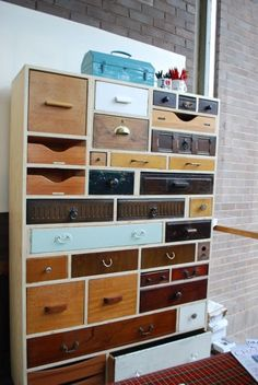 I love good ideas for reuse old things.   In this case, old drawers turn into a really cool cabinet! DIY style.    I love this style of cabinet. The combination of found drawers and sheer amount of storage space is perfect! The trick, is to have the space for the drawers as you collect them yes?