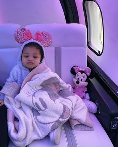 Kylie Jenner Surprised Stormi With an Early Birthday Present - a Trip to Disney World! Kendall Jenner, Looks Kylie Jenner, Estilo Kylie Jenner, Kylie Jenner Style, Kardashian Jenner, Cute Mixed Babies, Cute Babies, Little Babies, Baby Kids