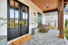 Modern Farmhouse Exterior, Modern Farmhouse Style, Country Modern Home, Farmhouse Front Doors, Modern Cottage Style, Modern Porch, Rustic Modern, Rustic Farmhouse, House With Porch