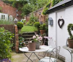 English cottage garden: comfort and charm. English Cottage Interiors, English Country Cottages, English Country Gardens, Country Homes, Garden Deco, Design Patio, Garden Design, Brick Wall Gardens, Garden Cottage