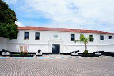 Ilha de Itaparica Fortaleza de São Lourenço - Erguido pelos portugueses em 1711 sobre as ruínas de um forte que foi tomado dos invasores holandeses, o monumento em forma de navio é o ponto culminante do extremo norte da ilha. Não é permitida a visitação pública, já que o interior da edificação é ocupado pela Marinha.
