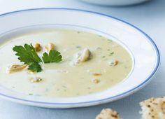 Den lysegule suppe kogt på muslinger har en skøn, intens smag. En rigtig dejlig måde at få muslinger på, især hvis du ikke er meget for at blive fedtet på fingrene