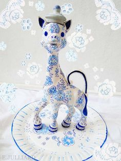 Sophie la Girafe re-lookée par Emmanuelle Julliard >> épinglé par MayoParasol, le spécialiste du maillot de bain anti uv et du vêtement anti uv Bébé, Enfant, Adulte, pour sa collection Sophie la Girafe® >> découvrez-la sur www.mayoparasol.com