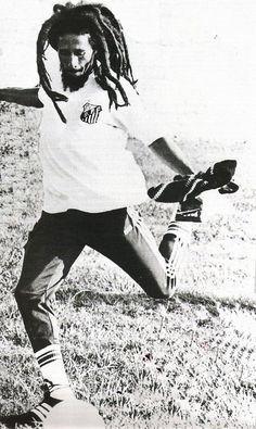 Bob Marley playing football with Santos FC shirt. Bob Marley Legend, Reggae Bob Marley, Fotos Do Bob Marley, Football Music, Bob Marley Pictures, Marley Family, Legends Football, Robert Nesta, Nesta Marley