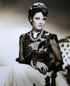 Gene Tierney en The Shangai Gesture, 1941 con un precioso vestido diseñado por su marido Oleg Cassini.