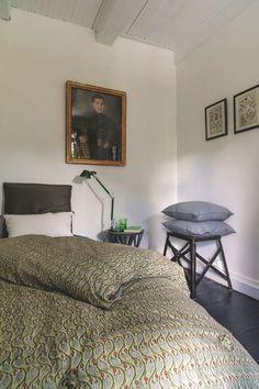 Le parquet peint en noir et les meubles chinés suffisent à cette petite chambre ! Plus de photos sur Côté Maison http://petitlien.fr/7exu